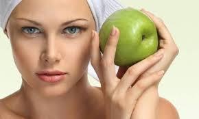 Yağ Beneklerini Gidermek ve Gözenekleri Beslemek İçin Elmalı Maske