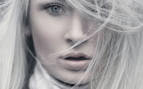 Beyaz saçları kapatmak için doğal formüller